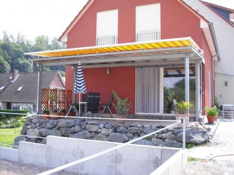 Stahl-Terassenüberdachung mit Wintergartenmarkise