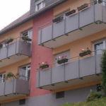 Balkongeländer mit Trespa, von unten an die Balkonplatte montiert