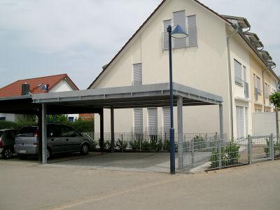 Carport aus Stahl, verzinkt, mit Eindeckung aus Trapezblech.